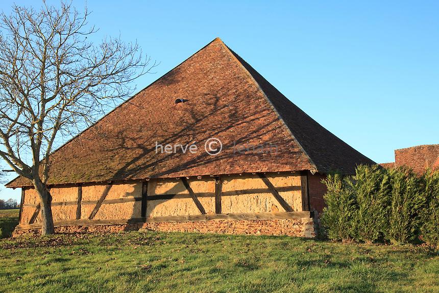 France, Cher (18), Santranges, hameau de la Tuilerie, ferme de la Tuilerie, grange pyramidale // France, Cher, Santranges, hamlet of the Tuilerie, farl of the Tuilerie, pyramidal barn.