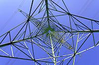 Strommast: EUROPA, DEUTSCHLAND, SCHLESWIG- HOLSTEIN, (GERMANY), 30.09.2011: Strommast aus der Froschperspektive bei Geesthacht