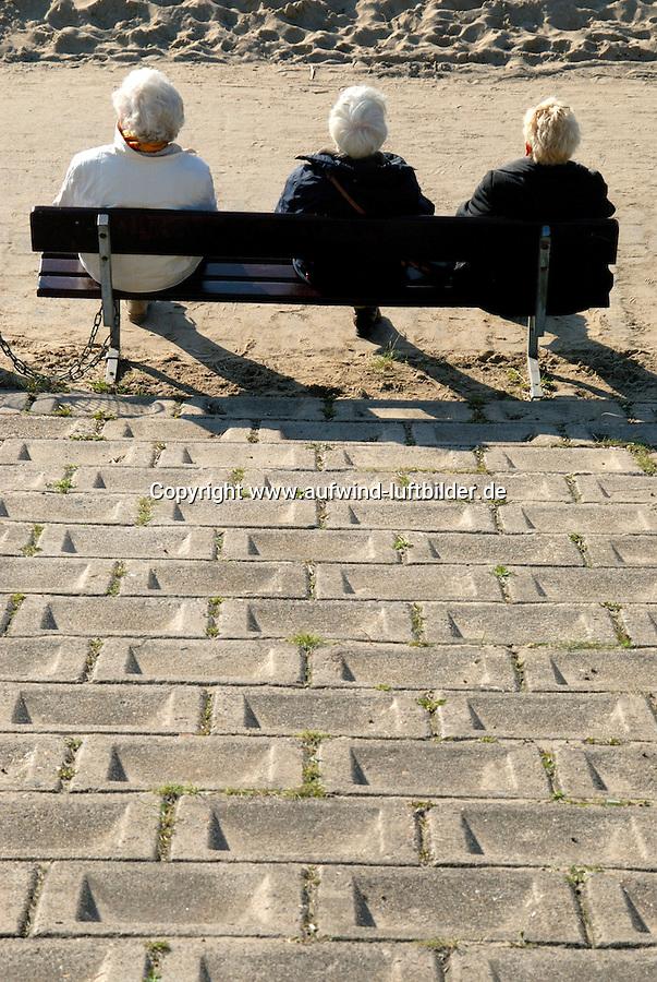 4415 / steiniger Weg: EUROPA, DEUTSCHLAND, NIEDERSACHSEN, (EUROPE, GERMANY), 16.10.2005: drei Rentnerinnen auf einer Parkbank, steiniger Weg davor, steiniger Weg bis ins Rentenalter