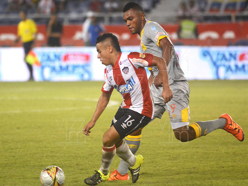BARRANQUILLA -COLOMBIA, 11-NOVIEMBRE-2015. Vladimir Hernandez jugador del Atlético Junior  disputa el balón con Miguel Borja del Independiente Santa Fe  por el partido de la final ida de la Copa  Aguila II 2015 jugado en el estadio Metropolitano Roberto Meléndez./ Vladimir Hernandez Atletico Junior player fights for the ball with Miguel Borja player of Independiente Santa Fe by the end of the first leg match of the Copa II 2015 Aguila played in Metropolitano Roberto Melendez  stadium . Photo: VizzorImage / Alfonso Cervantes / Str