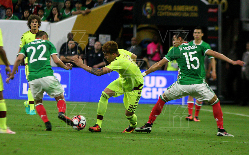 HOUSTON - UNITED STATES, 13-06-2016: Paul Aguilar (Izq) y Hector Moreno (Der) jugadores de Mexico (MEX) disputa el balón con Adalberto Peñaranda (C) jugador de Venezuela (VEN) durante partido del grupo C fecha 3 por la Copa América Centenario USA 2016 jugado en el estadio NRG en Houston, Texas, USA. /  Paul Aguilar (L) and Hector Moreno (R) players of Mexico (MEX) fights the ball with Adalberto Peñaranda (C) player of Venezuela (VEN) during match of the group A date 3 for the Copa América Centenario USA 2016 played at NRG stadium in Houston, Texas ,USA. Photo: VizzorImage/ Luis Alvarez /Str