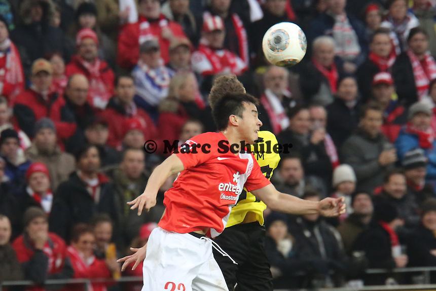 Kopfball Shinji Okazaki (Mainz) gegen Erik Durm (BVB) - 1. FSV Mainz 05 vs. Borussia Dortmund, Coface Arena, 14. Spieltag