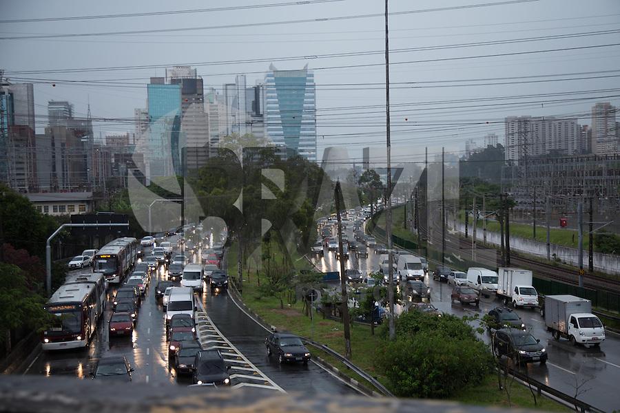 SAO PAULO, SP, 08 DE FEVEREIRO DE 2013. TRANSITO SAIDA PARA O CARNAVAL. Transito carregado na Marginal Pinheiros sentido Castelo Branco proximo a avenida Bandeirantes, as 18:30, na zona sul da capital paulista. FOTO ADRIANA SPACA/BRAZIL PHOTO PRESS