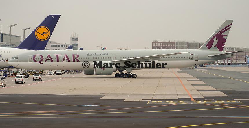 Maschine von Qatar Airways auf dem Frankfurter Flughafen - Frankfurt 23.10.2019: Schüler machen Zeitung bei Singapore Airlines