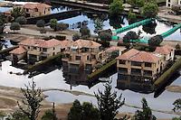 BOG13. CHÍA (COLOMBIA), 17/05/2011.- Vista aérea de un conjunto residencial inundado hoy, martes 17 de mayo de 2011, en Chía, centro de Colombia, luego de las permanentes lluvias y desbordmientos generados por el río Bogotá. EFE/MAURICIO DUEÑAS..