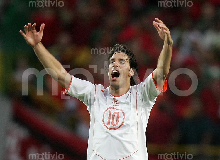 Fussball INTERNATIONAL EURO 2004 Portugal - Niederlande im Stadion Jose Alvalade in Lissabon Ruud Van Nistelrooy (NED).