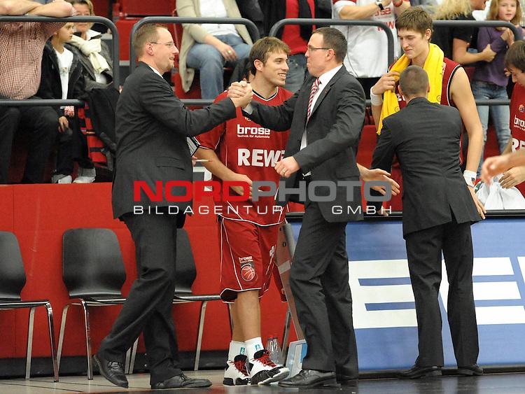 BBL 2009/2010 - BBL, 6. Spieltag - 25.10.2009  Artland Arena - Beko Basketball Bundesliga -<br /> <br /> Artand Dragons  vs Brose Baskets Bamberg<br /> <br /> Headcoach Chris Fleming ( Brose Basket ) und Arne Woltmann nach dem Sieg <br /> <br /> <br /> Foto &copy; nph ( nordphoto ) *** Local Caption *** Fotos sind ohne vorherigen schriftliche Zustimmung ausschliesslich f&uuml;r redaktionelle Publikationszwecke zu verwenden. Auf Anfrage in hoeherer Qualitaet/Aufloesung