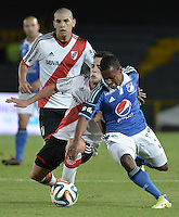 BOGOTÁ -COLOMBIA, 16-07-2014. Alex Diaz (Der) jugador de Millonarios (COL) disputa un balón con Manuel Lanzinii (Izq) jugador de River Plate (ARG) durante partido en homenaje al fallecido futbolista argentino Alfredo Di Stéfano jugado en el estadio Nemesio Camacho El Campín de la ciudad de Bogotá./ Alex Diaz (R) player of Millonarios (COL) fights for the ball with Manuel Lanzini (L) player of River Plate (ARG) during match in honor of the deceased argentinean soccer player Alfredo Di Stefano played at Nemesio Camacho El Campin stadium in Bogotá city. Photo: VizzorImage/ Gabriel Aponte / Staff