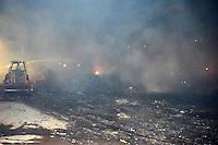 ITAPIRA,SP - 09.07.2016 - INCÊNDIO-SP - Um incêndio de grandes proporções atingiu as dependências da antiga Indústria de Papéis Aergi, na tarde deste sábado, 09, em Itapira, interior do estado de São Paulo. Segundo informações do Corpo de Bombeiro, o fogo começou no fim da tarde e rapidamente atingiu um amontoado de papeis e plásticos. Não houve feridos. (Foto: Eduardo Carmim/Brazil Photo Press)