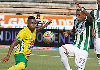 NEIVA, COLOMBIA, 01-05-2016: Armando J. Vargas (Izq) del Atlético Huila disputa el balón con Gilberto Alcatraz Garcia (Der) del Atlético Nacional durante partido por la fecha 16 de la Liga Águila I 2016 jugado en el estadio Guillermo Plazas Alcid de la ciudad de Neiva./ Armando J. Vargas (L) player of Atletico Huila fights for the ball with Gilberto Alcatraz Garcia (R) player of Atletico Nacional during match for the date 16 of the Aguila League I 2016 played at Guillermo Plazas Alcid in Neiva city. VizzorImage / Sergio Reyes / Cont