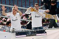 MADRID, ESPANHA, 04 MAIO DE 2012 - COMEMORACAO REAL MADRID - Iker Casillas (E) goleiro jogadores do Real Madrid, celebra o titulo da Liga Espanhola, na Praca Cibeles no centro de Madrid, ontem quinta-feira, 3. (FOTO: ARNEDO  ALCONADA / ALTER / ALFAQUI / BRAZIL PHOTO PRESS)