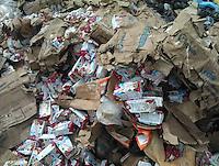 Jalpan de Serra. 22 de Noviembre 2014.- Cajas completas de leche fabricada por Alpura, para el SEDIF de Quer&eacute;taro, aparecieron tiradas en el basurero del municipio de Jalpan. Presuntamente fueron deshechadas por la humedad que presentaban las cajas. De acuedo a la Agencia Quadrat&iacute;n, el gobierno del estado tomar&aacute; cartas en el asunto para sancionar al funcionario que las tir&oacute;.<br /> <br /> Foto: Valor por Xalpan / Obture.