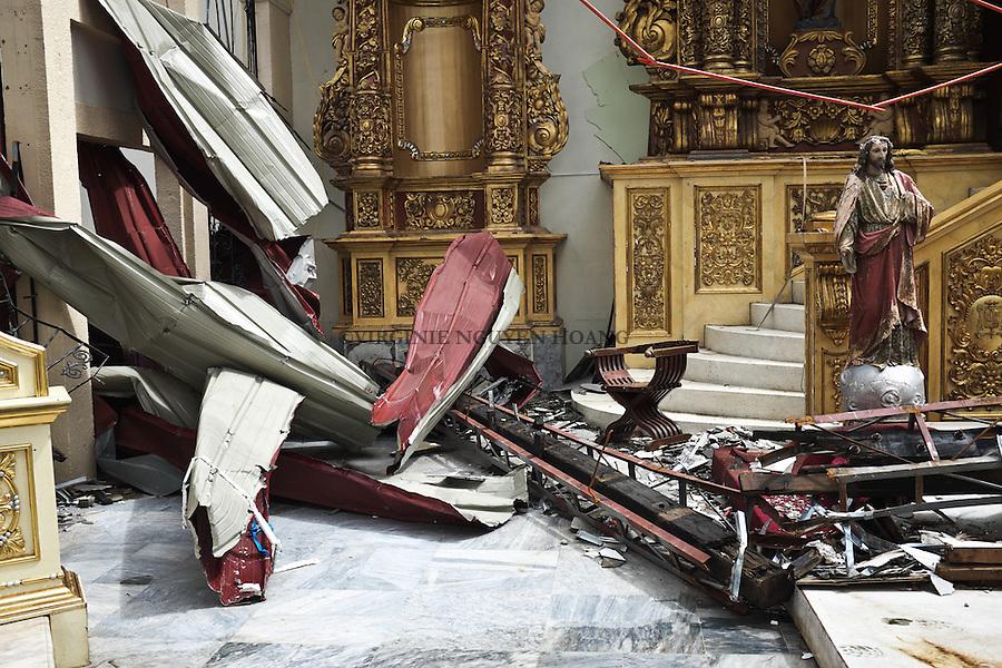 The altar of the Cathedral of Our Lord's Transfiguration Parish destroyed by the typhoon in the village of Palo. <br /> <br /> L'autel de la cath&eacute;drale d&eacute;truite par le typhon dans le village de Palo.