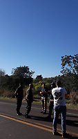 CORUMBA, MS, 25.07.2007 - MST-MS - Integrantes do MST bloqueiam a rodovia BR 262 na altura do km 243 no dois sentidos e reivindicam melhorias e mudanças na reforma agrária, congestionamento ultrapassa os 10 km segundo a policia federal e o exercito que esta no local para liberar a rodovia na cidade de Corumbá no Mato Grosso do Sul divisa com a Bolivia. (Foto: Fernando Nascimento/Brazil Photo Press)