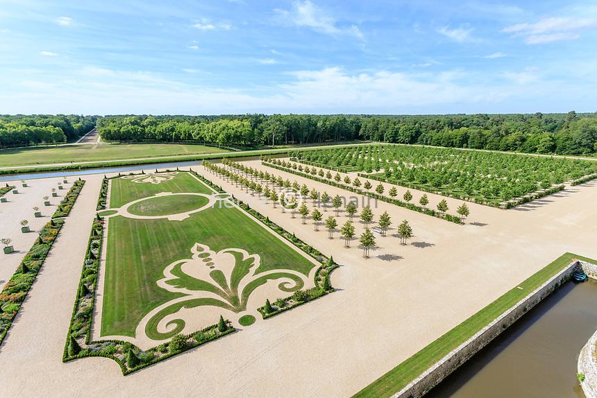 France, Loire-et-Cher (41), Chambord, château de Chambord, les jardins à la française vu depuis la terrasse