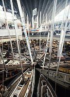 En ce temps-l&agrave; (1983), le Nautic se pr&eacute;nommait Le Salon nautique de Paris.Il avait lieu au CNIT &agrave; La D&eacute;fense.<br /> Le photographe rampait dans les faux plafonds pour obtenir ces vues d'ensemble.