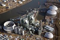 Kraftwerk Moorburg: EUROPA, DEUTSCHLAND, HAMBURG, (EUROPE, GERMANY), 01.03.2013: Standort des Kraftwerk Moorburg an der Suederelbe. Das Kohlekraftwerk Moorburg  ist ein im Bau befindliches Kohlekraftwerk im Hamburger Stadtteil Moorburg. Das Kraftwerk entsteht am Standort des 2004 abgerissenen Gaskraftwerkes Moorburg..Baubeginn fuer das neue Kraftwerk mit zwei steinkohlebefeuerten Bloecken mit jeweils 865 MW elektrischer Nennleistung war im Oktober 2007. Eine Auskopplung von maximal 650 MW Fernwarrme wird die Erzeugung des ausser Betrieb gehenden Heizkraftwerks Wedel ersetzen und darueber hinaus einen weiteren Ausbau der Fernwaermeversorgung im Sueden Hamburgs ermoeglichen. Im September 2006 gab der Aufsichtsrat von Vattenfall Europe die interne Genehmigung zum Bau des Kraftwerks. Dieses wird nach Vattenfall-Angaben rund 2,6 Mrd. Euro kosten.. .Der erste Block sollte 2012 in Betrieb gehen, der zweite ein Jahr später folgen. Wegen ?Qualitätsproblemen bei Schweißnähten?, die im Frühjahr 2011 in den bereits errichteten Dampfkesseln festgestellt wurden, geht Vattenfall Europe von einer mehrmonatigen Verzögerung bei der Inbetriebnahme aus.[3]...