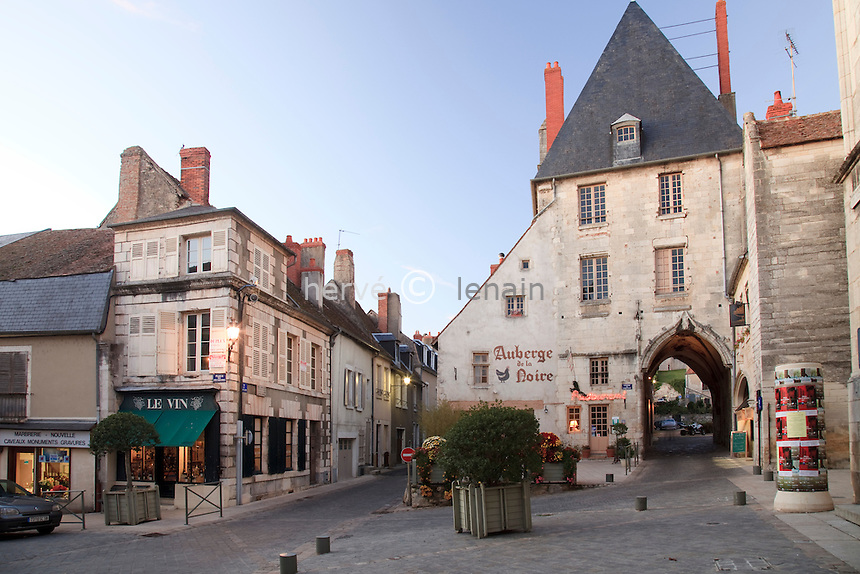 France, Nièvre (58), La Charité-sur-Loire le soir en automne. Classé au patrimoine mondial de l'UNESCO  // France, Nièvre , La Charité-sur-Loire, listed as World Heritage by UNESCO