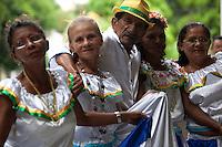 Sr. Manoel Vilar de Oliveira, conhecido como Gabiru, 89 anos, dirige o grupo Beija Flor do município de Vigia, acompanhado de colaboradoras do carimbó.<br /> <br /> Dezenas de grupos de carimbó chegam de cidades do interior como, Marapanim, Curuçá, Salinas, Soure e Vigia, entre outras e se juntam aos grupos da capital para comemorar a aprovação do registro do Carimbó como patrimônio cultural do Brasil, assinado nesta quinta feira ( 11/09 ). Os grupos fizeram a primeira apresentação do dia no mercado do Ver-o-Peso, se concentrando as dez da manhã no Centro Cultural Tancredo Neves onde receberam a minista Marta Suplicy. Os musicos e dançarinos continuam as comemorações com muita música para população. <br /> <br /> <br /> O Instituto do Patrimônio Histórico e Artístico Nacional (IPHAN) aprovou o registro do Carimbó como patrimônio cultural do Brasil. A decisão, feita por unanimidade, saiu na manhã desta quinta-feira, 11, durante reunião do Conselho Consultivo do Patrimônio Cultural, em Brasília. O pedido de Registro foi apresentado pela Irmandade de Carimbó de São Benedito, Associação Cultural Japiim, Associação Cultural Raízes da Terra e Associação Cultural Uirapurú, com a anuência da comunidade.Entre os anos de 2008 e 2013, o Departamento de Patrimônio Imaterial (DPI/IPHAN) e a Superintendência do IPHAN no Pará conduziram o processo de Registro e acompanharam as pesquisas para a Identificação do Carimbó em diversas regiões do estado. Muito mais que uma manifestação cultural, as formas de expressão contidas no Carimbó estão expressas em seus aspectos artísticos, cultural, ambiental, social e histórico da região amazônica.   <br /> <br /> O ritmo do Pará<br /> Expressão que compreende todo um complexo lúdico de práticas, sociabilidades, esteticidades e performances, o carimbó, sem dúvida, constitui uma das mais emblemáticas e alegóricas referências da cultura paraense. Grande parte dos registros apresenta o carimb