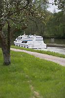 Europe/France/Bourgogne/89/Yonne/ env de Chatel-Censoir: Navigation fluviale sur le Canal du Nivernais dans la vallée de l'Yonne