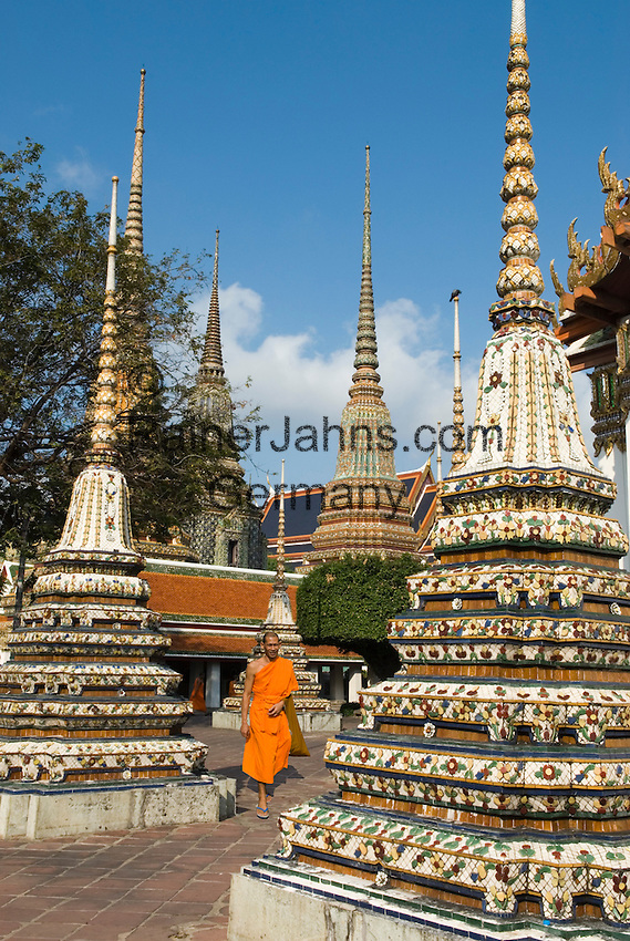 Thailand, Central Thailand, Bangkok: Wat Pho. Buddhist Monk walking through ceramic Chedis | Thailand, Zentralthailand, Bangkok: Wat Pho, buddhistischer Moench zwischen Chedis aus Keramik