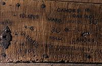 """Europe/France/Midi-Pyrénées/46/Lot/Parnac: Cave coopérative """"Les Côtes d'Olt"""" - Porte tonnelier ferronier avec les marques des maisons de vin"""