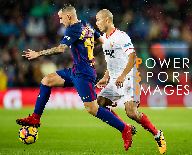 Francisco Alcacer Garcia, Paco Alcacer, of FC Barcelona (L) fights for the ball with Guido Hernan Pizarro of Sevilla FC (R) during the La Liga 2017-18 match between FC Barcelona and Sevilla FC at Camp Nou on November 04 2017 in Barcelona, Spain. Photo by Vicens Gimenez / Power Sport Images