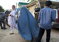 AFGHANISTAN, 06.2008, Kabul. Markt/Basar: Nur eine Frau aus einer fortschrittlichen und modernen Familie kann die Erlaubnis ihres Ehemanns oder Vaters erhalten, unverschleiert in der Oeffentlichkeit zu erscheinen. Fuer die meisten Afghanen ist dies immer noch undenkbar.   Market/Bazaar: Only a woman from a more progressive and modernised family can get the permission from her husband or father  to walk in public with her face not covered. For most Afghans this is still unthinkable.<br /> © Marzena Hmielewicz/EST&OST
