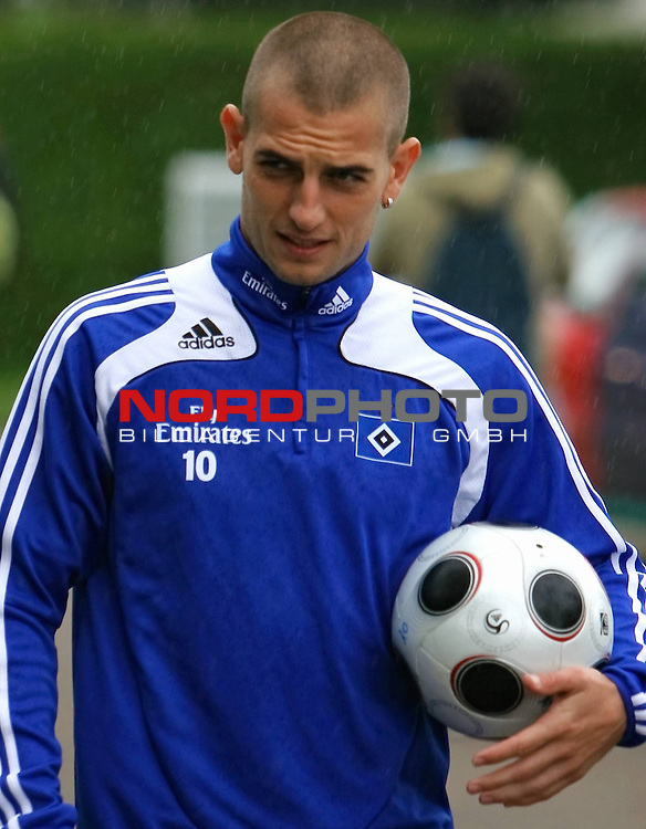 1.Liga FBL 2008/2009  Training Hamburger SV <br /> <br /> Mladen Petric (Nr.10) im Training mit Ball. <br /> <br /> <br /> <br /> Foto &copy; nph (nordphoto)<br /> <br /> *** Local Caption ***