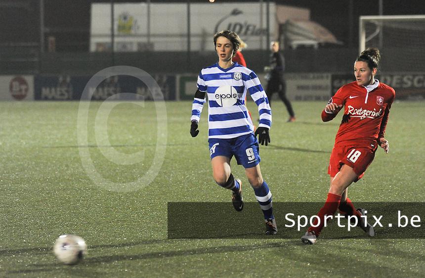 AA GENT LADIES - FC TWENTE :<br /> Larissa Wigger (R) kan de bal voorzetten voor de ogen van Evelien Van Sinay (L)<br /> foto Dirk Vuylsteke / Nikonpro.be