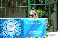 SÃO PAULO, SP - 14.02.2014 -Familiares das vitimas do acidente da TAM JJ3054 na frente do Forum de Justiça Federal de São Paulo, onde seram ouvidos os réus apontados como responsáveis pelo acidente com o voo TAMJJ3054, ocorrido em Congonhas, em 2007. A aeronave, proveniente de Porto Alegre, se chocou contra o prédio da TAM Express, no dia 17 de julho de 2007, não conseguindo parar na pista, matando 199 pessoas, entre passageiros, equipe de bordo e pessoas que estavam em terra(Foto: Adriano Lima / Brazil Photo Press)