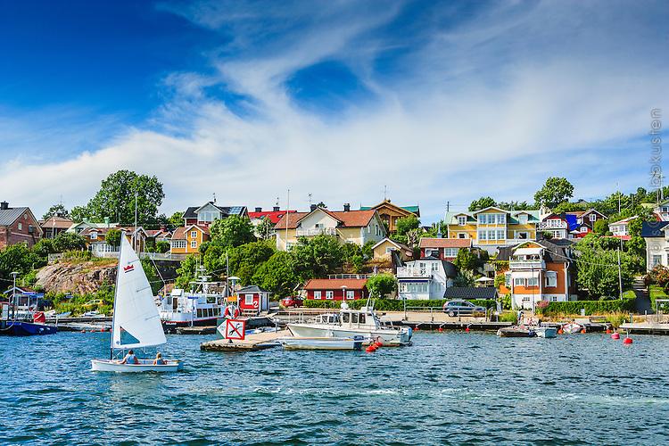 Jolle med barn seglar vid vid Dalarö i Stockholms skärgård. / Sailing in the Stockholm archipelago in Sweden.