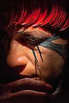 Retrato de &iacute;ndio Kalapalo pintando-se para festa do Kuarup na Aldeia Aiha no Parque Ind&iacute;gena do Xingu | Portrait of Kalapalo man painting himself to Kuarup party at Aiha Village in the Xingu Indigenous Park<br /> <br /> LOCAL: Quer&ecirc;ncia, Mato Grosso, Brasil <br /> DATE: 07/2009 <br /> &copy;Pal&ecirc; Zuppani