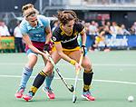 DEN BOSCH - Pleun van der Plas (Den Bosch)  met Katharina Otte,   tijdens  de finale van de EuroHockey Club Cup, Den Bosch-UHC Hamburg (2-1).  .COPYRIGHT KOEN SUYK