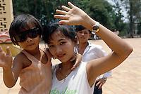Mutter und Kind auf dem Cao Dai-Gelände, Tay Ninh, Vietnam