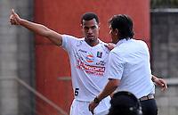 ITAGÜI - COLOMBIA -20-04-2014: Juan D Cabezas, jugador de Once Caldas celebra el gol anotado a Itagüi durante  partido Itagüi y Once Caldas por la fecha 18 de la Liga Postobon I 2014 en el estadio Ditaires de la ciudad de Itagüi. / Juan D Cabezas, player of Once Caldas celebrates a scored goal to Itagüi during a match Itagüi and Once Caldas for the date 18th of the Liga Postobon I 2014 at the Ditaires stadium in Itagüi city. Photo: VizzorImage / Luis Rios / Str.