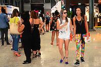 RIO DE JANEIRO, RJ, 09.11.2013 - FASHION RIO / MOVIMENTAÇÃO / ÚLTIMO DIA -  Movimentação no último dia do Fashion Rio, coleção Outono/Inverno 2014, no Píer Mauá, na zona portuária da capital carioca, neste sábado, 09 (Foto: Marcelo Fonseca / Brazil Photo Press).