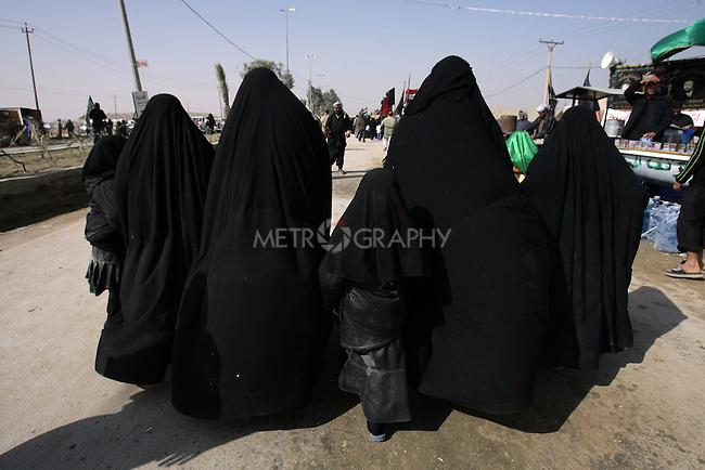KARBALA, IRAQ: Shia pilgrims in Karbala...Shia pilgrims pray during the last day of the Ashura festival...Photo by Metrography