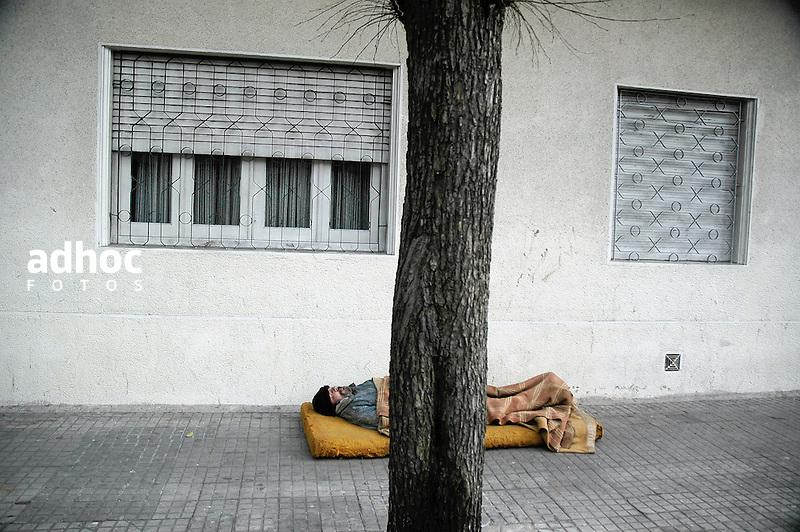 Hombre durmiendo en la calle. Montevideo, 2007.<br /> URUGUAY / MONTEVIDEO / <br /> Foto: Ricardo Ant&uacute;nez / AdhocFotos<br /> www.adhocfotos.com