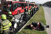 BOGOTA -COLOMBIA. 22-OCTUBRE-2014. Tercer dia de paro de los transportadores de buses , busetas y colectivos en la capital de la republica.La Policia Nacional vigilo y previno cualquier bloqueo de las vias durante la protesta de los transportadores .En El Portal de las Americas se presentaron algunas protestas  de los usuarios que por algunos minutos estuvo cerrado al publico las cuales  fueron controladas por la policia. / Third day of strike by transporters vans and buses at the capital. The National Police watch and prevented any blocking of roads during the protest .In Portal of the Americas protests from some users that were presented for a few minutes was closed to the public which were controlled by the police. Photo: VizzorImage/ Felipe Caicedo / Staff