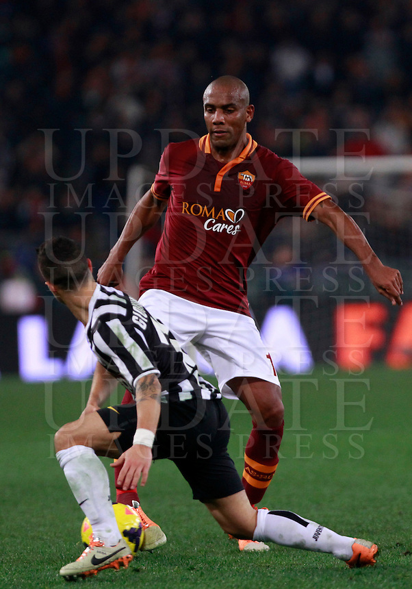 Calcio, quarti di finale di Coppa Italia: Roma vs Juventus. Roma, stadio Olimpico, 21 gennaio 2014.<br /> AS Roma defender Maicon, of Brazil, is challenged by Juventus forward Sebastian Giovinco, foreground, during the Italian Cup round of eight final football match between AS Roma and Juventus, at Rome's Olympic stadium, 21 January 2014.<br /> UPDATE IMAGES PRESS/Isabella Bonotto