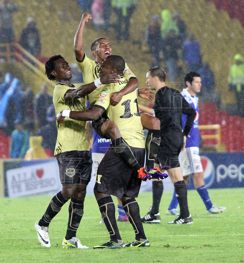 BOGOTA - COLOMBIA-19-04-2013: Jugadores  de Itagüi celebran la victoria ante Millonarios dos goles por uno ,  partido jugado en el estadio El Campín de la ciudad de Bogotá, abril 19 de 2013. partido por la  fecha doce  de la Liga Postobon I. (Foto: VizzorImage / Felipe Caicedo / Staff). Itagüi players celebrate the win against Millonarios two goals by one, match played at El Campin in Bogota, April 19, 2013. match the twelfth day of the Liga Postobon I.(Photo: VizzorImage / Felipe Caicedo / Staff.