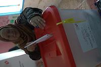 23 ottobre 2011 Tunisi, elezioni libere per l'Assemblea Costituente, le prime della Primavera araba: una donna in un seggio inserisce la scheda elettorale nell'urna.<br /> premieres elections libres en Tunisie octobre <br /> tunisian elections