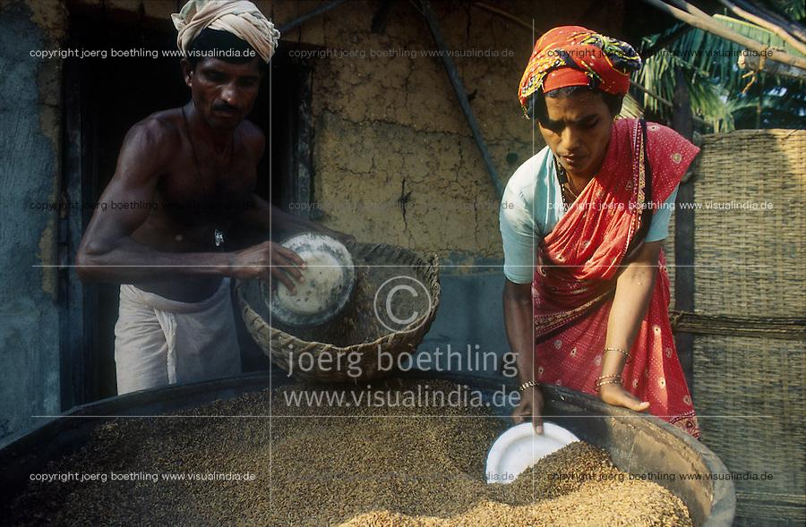 INDIA Karnataka Taccode, man and woman boil paddy before peeling at a farm near Mangalore / INDIEN Mann und Frau kochen Reis vor dem Schaelen auf einem Bauernhof