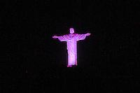 RIO DE JANEIRO, RJ, 01.10.2014, OS MONUMENTOS DO RIO FICAM ROSA EM CELEBRAÇÃO AO OUTUBRO ROSA, OUTUBRO ROSA NO RIO, Cristo Redentor no Rio de Janeiro ficam com iluminação Rosa em celebração ao Outubro Rosa  ,  no Rio de Janeiro,  nesta quarta-feira, 01 (foto: Márcio Cassol/Brazil Photo Press)