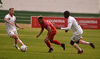 TUNJA - COLOMBIA - 18 - 03 - 2018: Cristian Echavarria (Cent.) jugador de Patriotas F. C., disputa el balón con George Saunders (Izq.) y Federico Arbelaez (Der.), jugadores de Envigado F. C., durante partido entre Patriotas FC y Envigado F. C., de la fecha 9 por la Liga de Aguila I 2018 en el estadio La Independencia en la ciudad de Tunja. / Cristian Echavarria (C) of Patriotas F. C., figths the ball with George Saunders (L) and Federico Arbelaez (R) players of Envigado F. C., during a match between Patriotas F. C. and Envigado F. C., of the 9th date for the Liga de Aguila I 2018 at La Independencia stadium in Tunja city. Photo: VizzorImage  /  Jose Miguel Palencia / Cont.