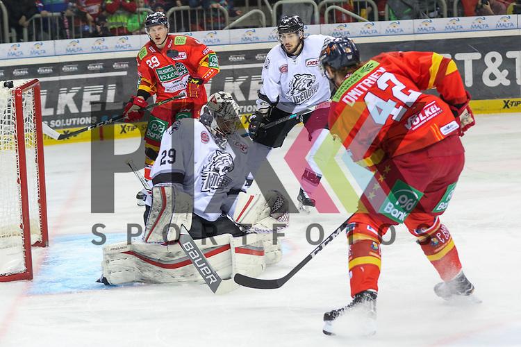 Duesseldorfs Alexej Dmitriev (Nr.42) scheitert aus kurzer Distanz an Nuernbergs Goalie Andreas Jenike (Nr.29) beim Spiel in der DEL Duesseldorfer EG (rot) - Nuernberg Ice Tigers (weiss).<br /> <br /> Foto &copy; PIX-Sportfotos *** Foto ist honorarpflichtig! *** Auf Anfrage in hoeherer Qualitaet/Aufloesung. Belegexemplar erbeten. Veroeffentlichung ausschliesslich fuer journalistisch-publizistische Zwecke. For editorial use only.