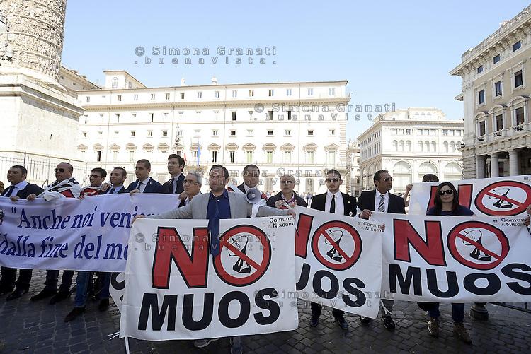 Roma,15 Aprile 2013 .Piazza Colonna.Cittadini siciliani di Niscemi e attivisti No MUOS manifestano davanti il Governo e il Parlamento contro l'istallazione del moderno sistema di telecomunicazioni satellitare della marina militare statunitense