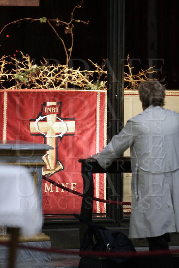 Una donna prega davanti alla Cappella della Sacra Sindone, all'interno del Duomo di Torino.<br /> A faithful prays in front of the Chapel of the Holy Shroud in the Cathedral of Turin.<br /> UPDATE IMAGES PRESS/Riccardo De Luca