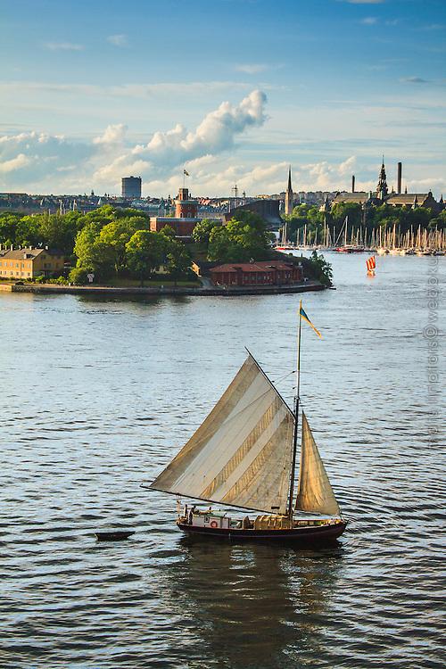 Sandkilen Helmi den sista seglande Roslagsskutan i Stockholm på ett besök.